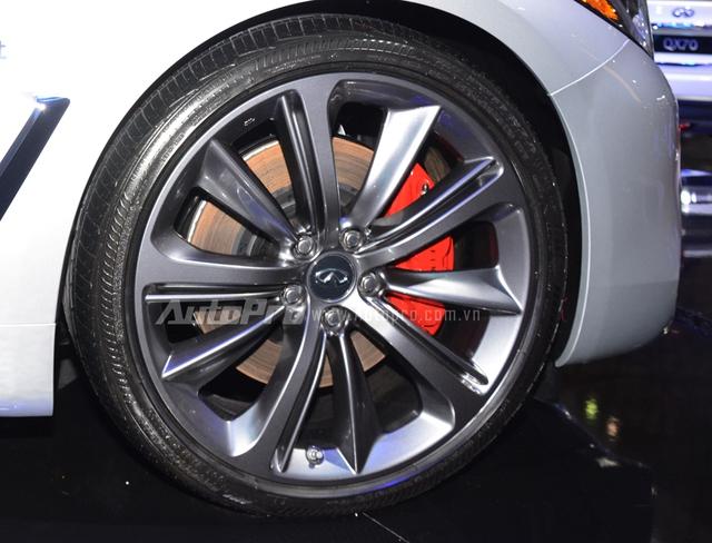 Infiniti Q60 Coupe 2017 là mẫu xe tiên phong trong việc sử dụng la-zăng 20 inch thay cho loại 19 inch cũ. Theo đó bộ vó vó thiết kế đa chấu khỏe khoắn đi kèm là cùm phanh sơn đỏ nổi bật.