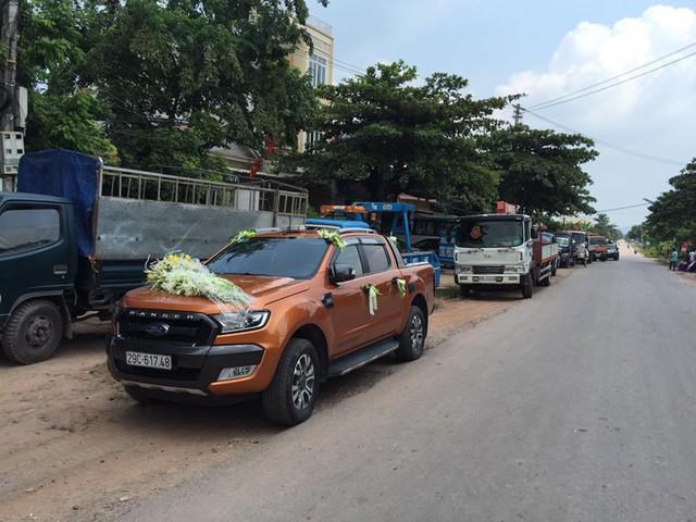 Ford Ranger cùng đoàn xe rước dâu gồm xe tải và xe cứu hộ tại Bắc Giang. Ảnh: Nguyễn Cường