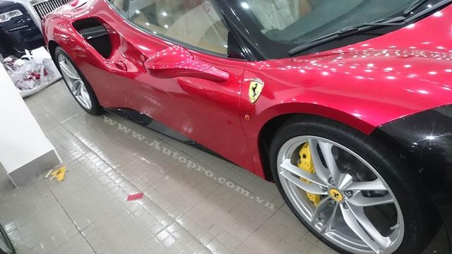 Ferrari 488 GTB ra mắt lần đầu tiên tại triển lãm Geneva và thu hút rất nhiều sự chú ý của giới truyền thông cũng như các khách hàng tiềm năng. Về thiết kế, Ferrari 488 GTB có ngoại hình khoẻ khoắn và gọt bỏ bớt những đường cong mềm mại như 458 Italia. Thay vào đó là những nét cắt thẳng đứng đầy góc cạnh.