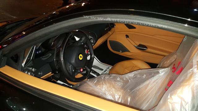 Bên trong khoang lái của siêu xe Ferrari 488 GTB không có nhiều thay đổi, vẫn là gam màu da bò kết hợp cùng nhiều chi tiết phủ carbon.