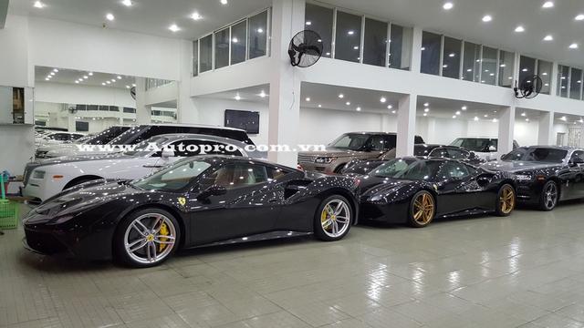 Chiếc Ferrari 488 GTB đổi ngoại thất từ đen bóng sang đỏ crôm (chiếc đầu tiên).