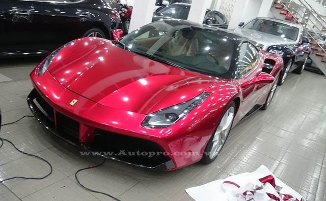 Được biết, những người thợ Sài thành đã mất 8 tiếng đồng hồ để giúp chuyển màu của chiếc Ferrari 488 GTB từ đen bóng nguyên bản sang đỏ crôm cực bắt mắt. Chi phí cho quá trình thay đổi dàn áo này rơi vào khoảng 12 triệu Đồng.
