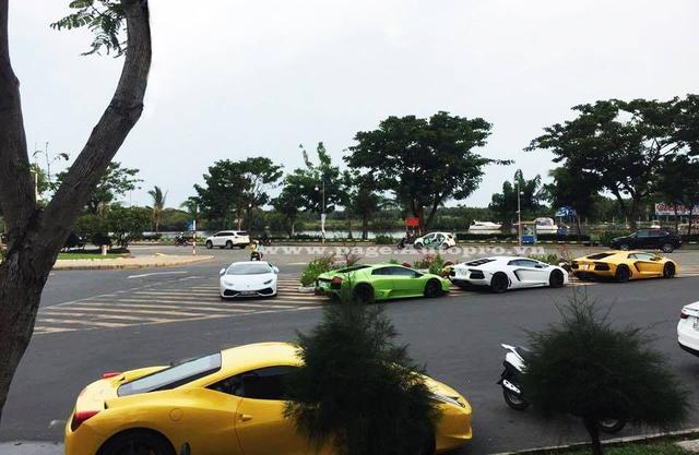 View đẹp, thanh bình và đường rộng nên khu vực Phú Mỹ Hưng, Quận 7, luôn đón nhận đoàn xe Lamborghini của các tay chơi Việt tụ tập vào cuối tuần.