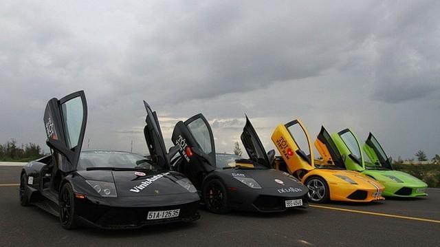 Chơi siêu xe đã khó, mà có người đứng ra tổ chức và quy tụ cùng về một mối để làm hành trình siêu xe thì phải nói rất đáng nể. Trong ảnh là bộ tứ Lamborghini Murcielago khoe dáng cùng nhau, chiếc thứ 2 (từ trái sang) là hàng độc LP670-4 SV. Bộ 3 còn lại thuộc bản LP640.