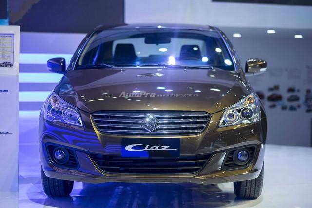 Suzuki Ciaz mang phong cách thể thao, lịch lãm với lưới tản nhiệt 4 thanh mạ crôm gắn logo Suzuki nổi bật, đèn pha Halogen phản quang đa điểm sắc nét và vuốt ngược về sau.