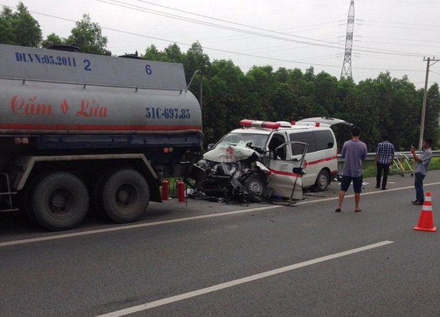 Hiện trường vụ tai nạn xe cứu thương tông mạnh vào đuôi xe bồn.