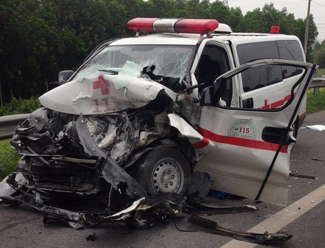Chiếc xe cứu thương bị biến dạng nghiêm trọng.