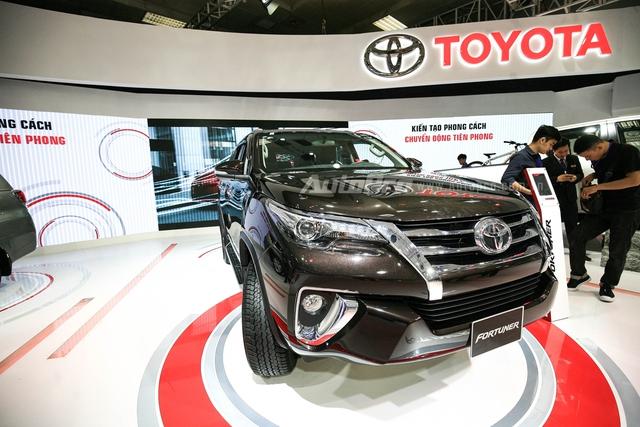 So với phiên bản cũ, Toyota Fortuner 2016 trông hầm hố và rắn rỏi hơn hẳn.