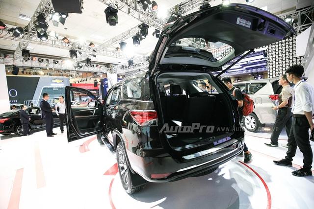 Cửa sau chỉnh điện.  Hàng ghế thứ ba của Toyota Fortuner 2016 được gập sang hai bên sườn xe thay vì gập xuống sàn như mọi đối thủ khác.