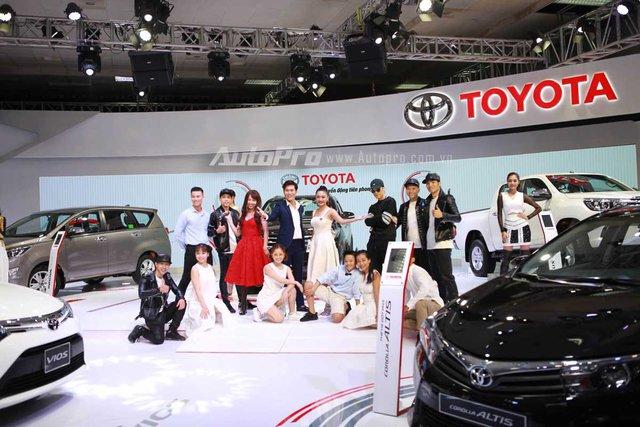 Thiết kế tông trắng chủ đạo và những màn biểu diễn trẻ trung sôi động của gian hàng Toyota hứa hẹn thu hút đông đảo khách tham quan.