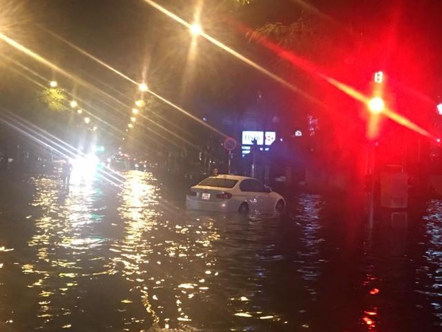 Tại ngã tư Lý Thường Kiệt - Phan Bội Châu, nước ngập sâu đã khiến nhiều phương tiện không thể đi qua. Một số xe cố gắng vượt qua đoạn đường ngập đều chịu cảnh chết máy và chờ xe cứu hộ.
