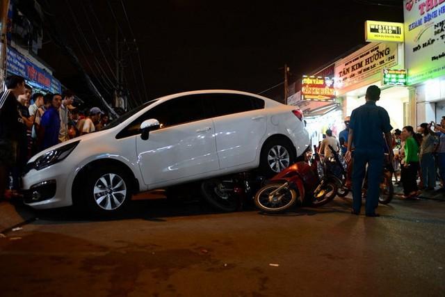 Hiện trường vụ tai nạn Kia Rio hạ gục 6 xe máy. Ảnh: otofun.