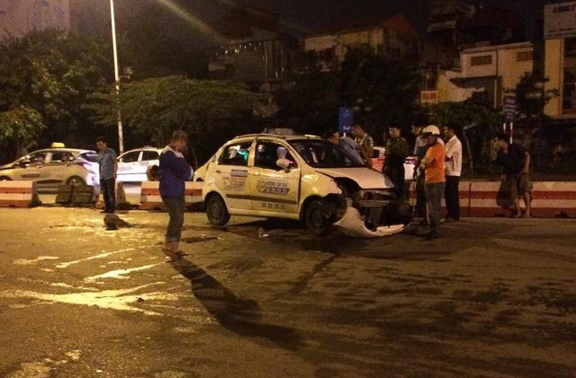 Taxi tông vào dải phân cách bên đường khiến 2 người bị thương nặng.
