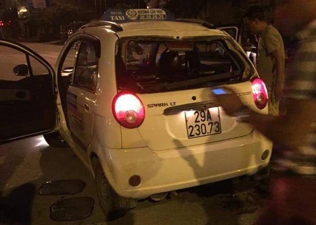 Chiếc taxi bị hư hỏng khá nặng những người bị thương được người dân đưa đi cấp cứu ngay sau đó.
