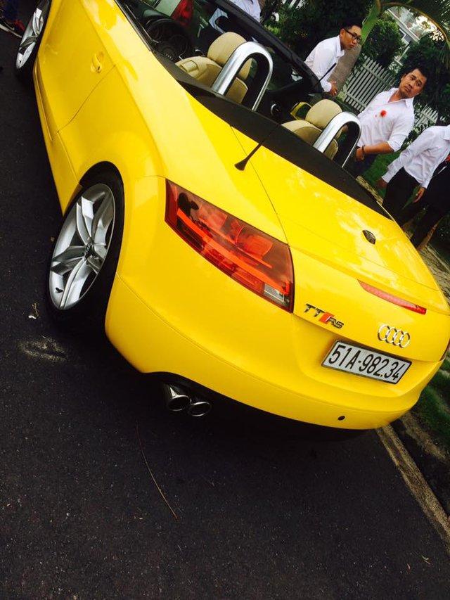Lincoln Limousine sở hữu khối động cơ V8, dung tích 4,6 lít, tạo ra công suất tối đa 239 mã lực và mô-men xoắn cực đại 389 Nm tại vòng tua máy 4.000 vòng/phút. Ngoài chiếc limousine, trong đoàn xe rước dâu còn xuất hiện một chiếc Audi TT mui trần màu vàng khá thời trang.