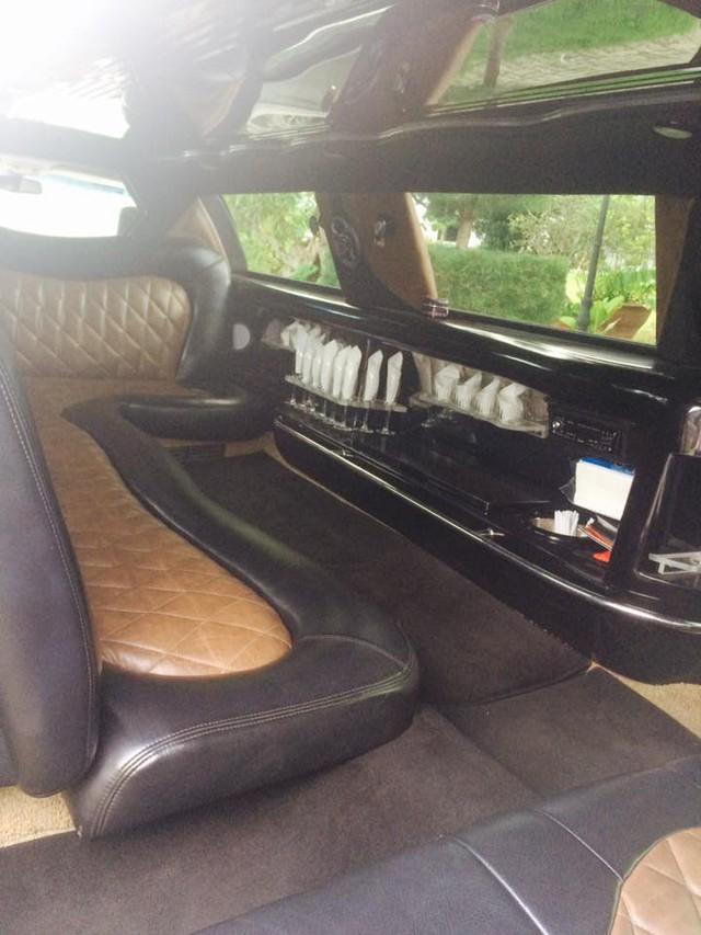 Đổi lại, chiếc Lincoln Limousine sẽ mang đến sự xa hoa cho người ngồi bên trong với một quầy bar mini. Toàn bộ nội thất đều được ốp gỗ hoặc bọc da, kết hợp các dải đèn LED chạy chìm và đèn trần đủ màu sắc. Ngay cả việc bước xuống từ một chiếc xe dài 8,5 m cũng đủ gây sự chú ý cho nhiều người.