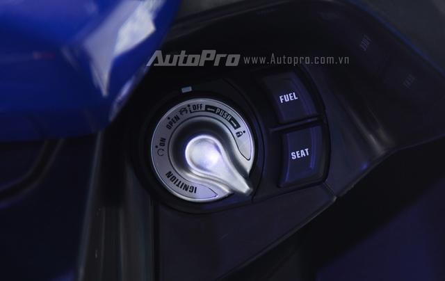 NVX 155 được tích hợp chìa khóa thông minh, hai nút bên cạnh là mở xăng và yên khá tiện lợi.