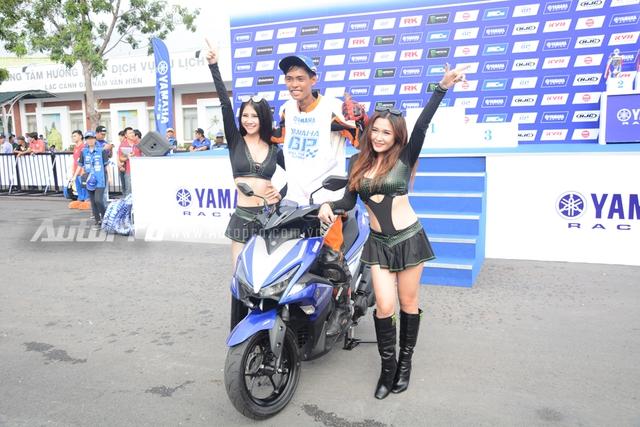 Được biết đây không phải là buổi giới thiệu chính thức của mẫu xe tay ga NVX 155 tại thị trường Việt Nam, mà chỉ là món quà Yamaha dành tặng cho người thắng cuộc, theo đó, người chiến thắng ở các hạng mục trong giải đua xe Yamaha GP đều được cầm lái chiếc NVX 155 chạy một vòng quanh sân.