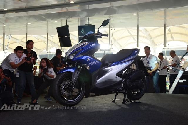 Yamaha NVX 155 có kích thước tổng thể bao gồm chiều dài 1.990 mm, rộng 700 mm và cao 1.125 mm. Chiều cao của yên tính từ mặt đất rơi vào khoảng 790 mm và trọng lượng của xe là 116 kg.