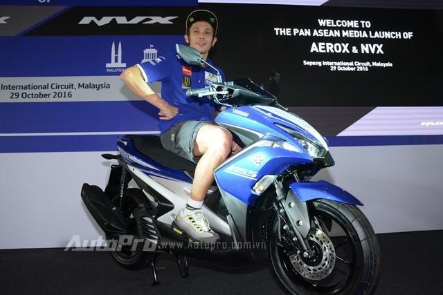 Người vén màn mẫu xe NVX 155 là tay đua MotoGP huyền thoại Valentino Rossi.