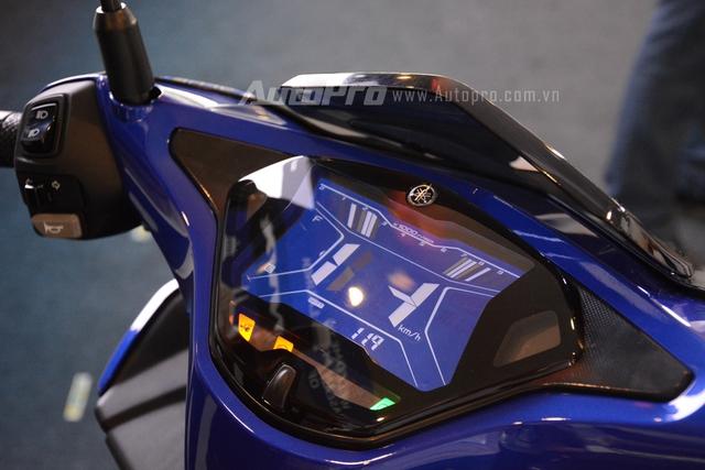 Ngoài ra, Yamaha NVX 1555 còn được trang bị đồng hồ LCD kích thước 5,8 inch.