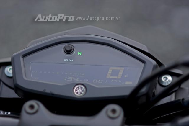 Đồng hồ trên TFX150 có thiết kế nhỏ gọn với màn hình LCD nằm giữa cụm đèn pha. Nền đèn cho ánh sáng xanh dương trong khi các thông số lại hiển thị trong màu trắng đối lập giúp người lái dễ quan sát.