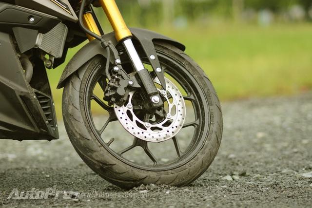 Yamaha TFX150 được trang bị cặp mâm thể thao 5 chấu kép hình chữ Y, đi kèm đường kẻ màu trắng đối lập với màu sơn đen bóng. Bộ mâm đi kèm lốp có kích thước 110/70 trước và 130/70 sau. Phanh đĩa được dùng cho cả hai bánh.