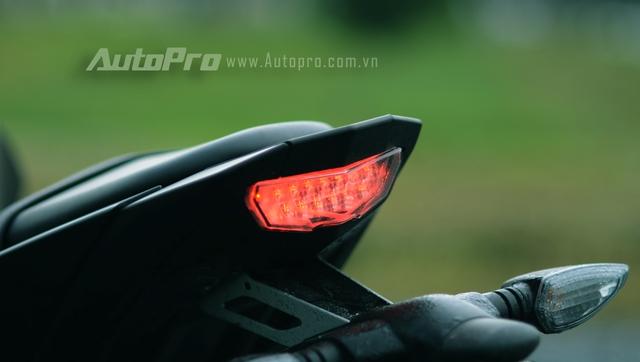 Cụm đèn hậu LED thiết kế đẹp mắt, phía dưới là đèn xi nhạn dạng rời.