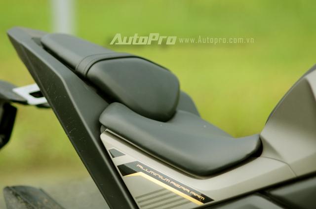 Phần yên của người lái và người ngồi sau thiết kế tách biệt, trong đó ghế sau có thiết kế nhô cao và người ngồi thường chúi về phía trước, gây khó khăn cho người cầm lái.