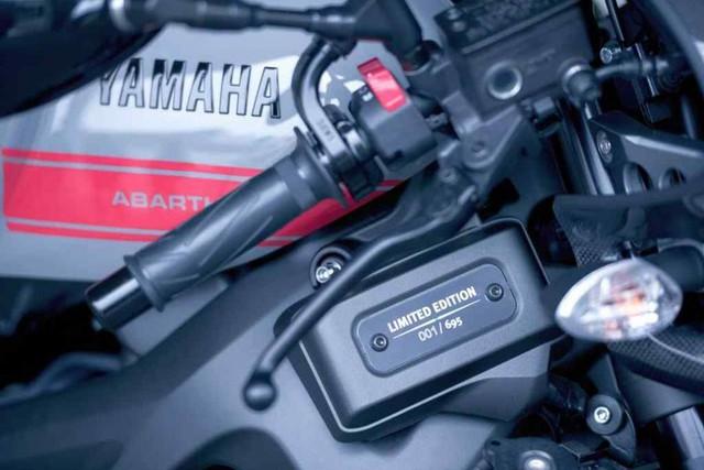 Mỗi chiếc Yamaha XSR900 Abarth ra lò đều được đánh số thứ tự để nhận biết. Tấm biển ghi số thứ tự được đặt bên hông xe.
