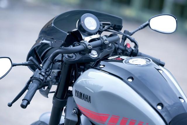 So với bản tiêu chuẩn, Yamaha XSR900 Abarth tạo điểm nhấn với nhiều chi tiết bằng sợi carbon như kính chắn gió phía trước, ốp bình xăng, đuôi xe và chắn bùn. Vật liệu này vừa làm tăng vẻ đẹp ở ngoại hình vừa giúp giảm trọng lượng cho xe.