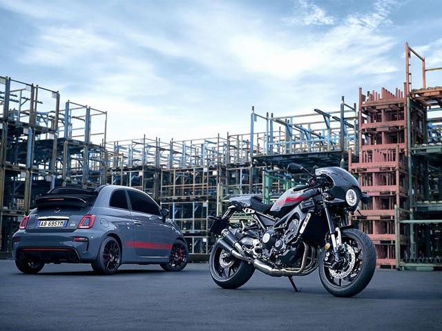 Tại triển lãm EICMA 2016, Yamaha đã trình làng phiên bản giới hạn của hàng hot XSR900 2016 mang tên Abarth. Chỉ cần đọc tên, nhiều người có lẽ cũng có thể đoán ra việc hãng Yamaha đã kết hợp với nhãn hiệu Fiat Abarth để tạo ra 695 chiếc XSR900 phiên bản giới hạn mới. Dự kiến, mẫu xe này sẽ được bán ra thị trường vào 2 thời điểm khác nhau.