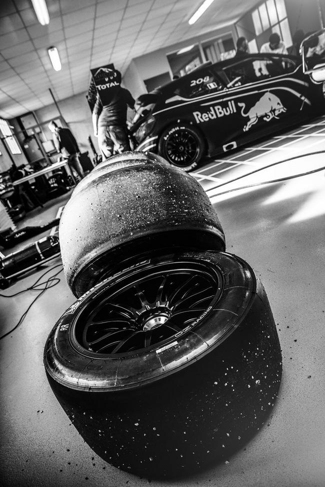 Peugeot 208 T16: Bugatti Veyron SuperSport không phải đối thủ 24