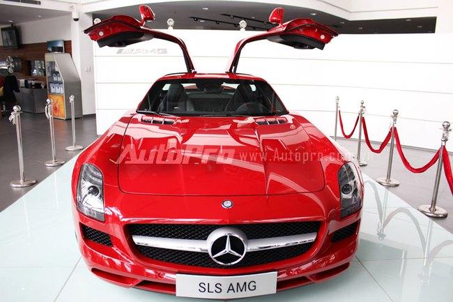 Cận cảnh siêu xe cửa cánh chim Mercedes-Benz SLS AMG tại Sài Gòn 2