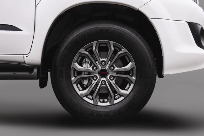 Toyota ra mắt Fortuner TRD Sportivo 2014 với màu trắng khác biệt 2