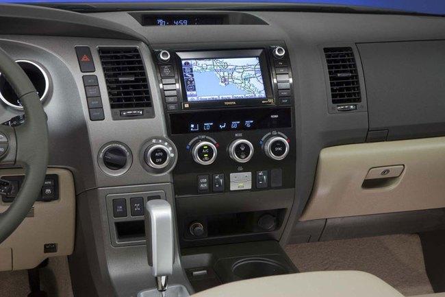 Toyota Sequoia 2014: Nhấn vào hệ thống thông tin giải trí 3
