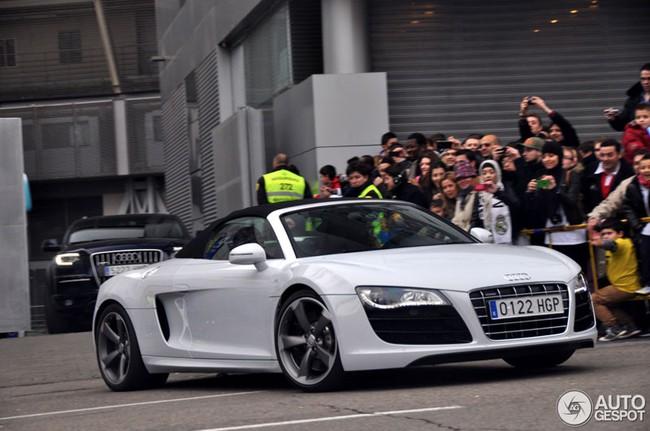 Cristiano Ronaldo rời sân Bernabéu trên Audi R8 mui trần 3