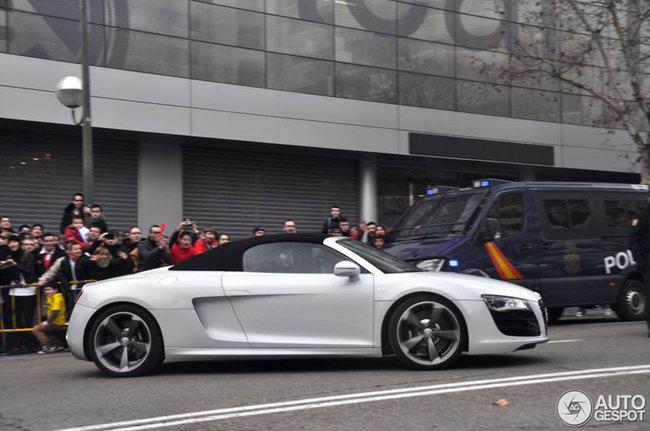 Cristiano Ronaldo rời sân Bernabéu trên Audi R8 mui trần 4