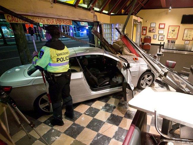 Xe BMW lao vào nhà hàng, 4 cảnh sát bị thương 2