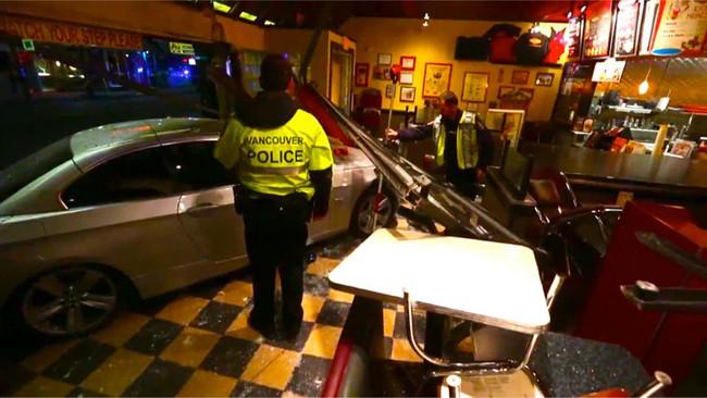 Xe BMW lao vào nhà hàng, 4 cảnh sát bị thương 3