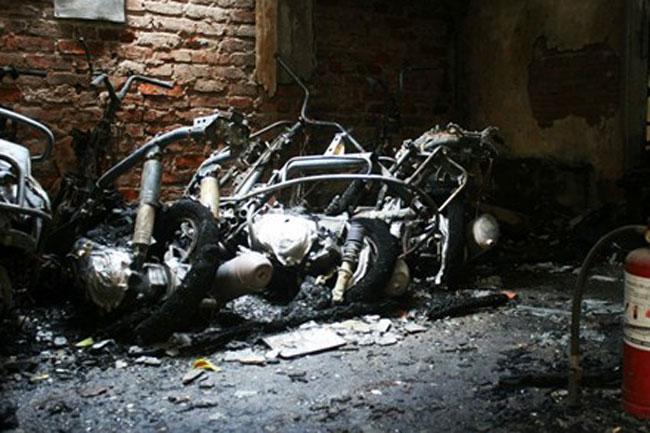 30 xe máy bốc cháy tại khu tập thể 1