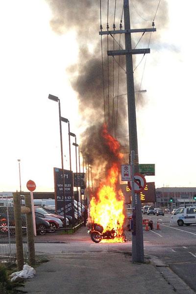 Môtô cảnh sát bỗng dưng bốc cháy nghi ngút 1