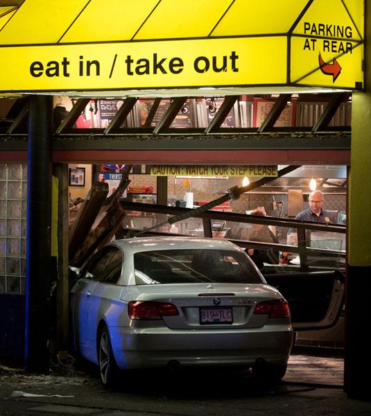 Xe BMW lao vào nhà hàng, 4 cảnh sát bị thương 1