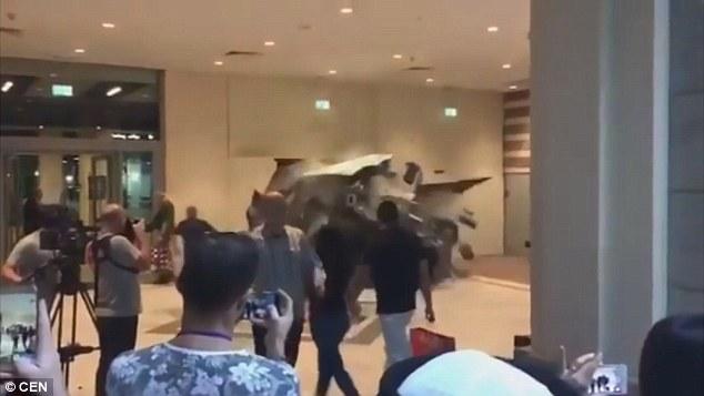 Mr. Chọc ngoáy Jeremy Clarkson lái xe tăng, đâm thủng tường trung tâm thương mại tại Dubai - Ảnh 2.