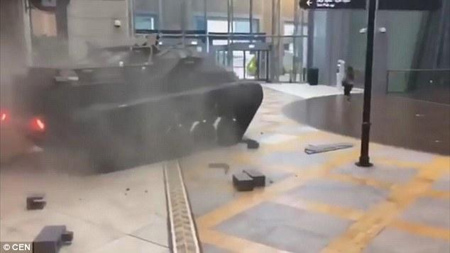 Mr. Chọc ngoáy Jeremy Clarkson lái xe tăng, đâm thủng tường trung tâm thương mại tại Dubai - Ảnh 3.