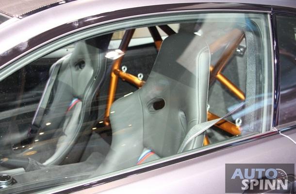 Bên trong BMW M4 GTS có vô lăng thể thao bọc chất liệu Alcantara cao cấp và ghế ôm gọn thân người bằng sợi carbon. Chất liệu bọc ghế là da Alcantara/Merio độc đáo. Tiếp đến là dây đai an toàn 3 điểm, cụm điều khiển trung tâm trọng lượng thấp và ốp cửa khác biệt so với phiên bản tiêu chuẩn.