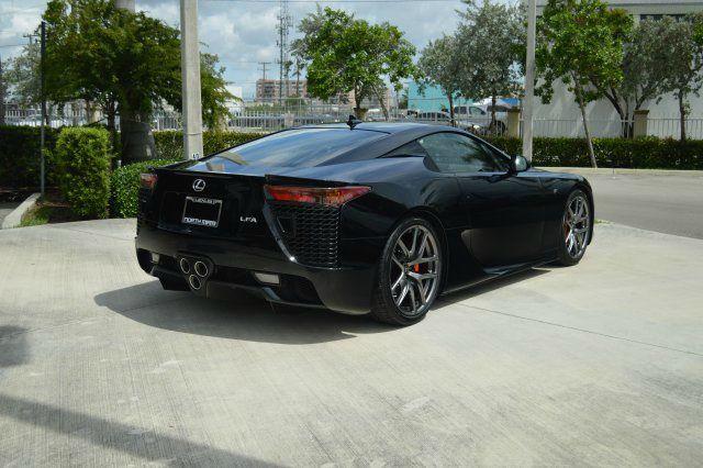 Được biết chiếc Lexus LFA này có số thứ tự 32 và nằm trong số 150 chiếc dành riêng cho thị trường Mỹ. Siêu xe này được đăng ký lần đầu vào năm 2012.