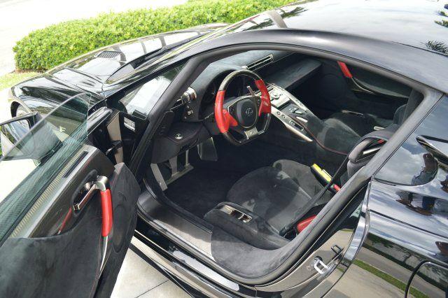 Bên trong khoang lái siêu xe Lexus LFA được rao bán 6,1 tỷ Đồng sở hữu bộ áo đen của da Alcantara cao cấp kết hợp cùng nhiều điểm nhấn trong màu đỏ và carbon bắt mắt.