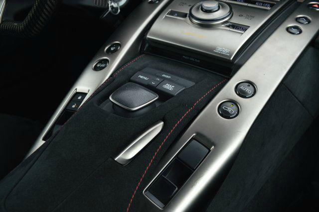 Lexus LFA sở hữu động cơ V10 dung tích 4,8 lít, sản sinh công suất cực đại 552 mã lực tại vòng tua máy 8.800 vòng/phút và mô-men xoắn cực đại 480 Nm tại 6.800 vòng/phút.