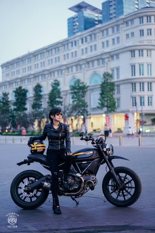 Nữ biker khiến nhiều người phải ngước nhìn khi nài Ducati Scrambler trên đường Sài Gòn - Ảnh 1.